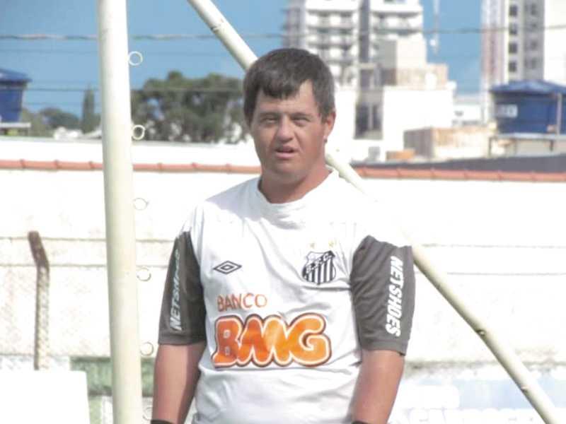 Eric também gosta de jogar futebol como goleiro na Paraisense