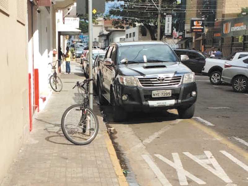 Bicicleta estacionada irregularmente na calçada da Rua Cel. Francisco Adolfo , dificultando a passagem de Pedestres