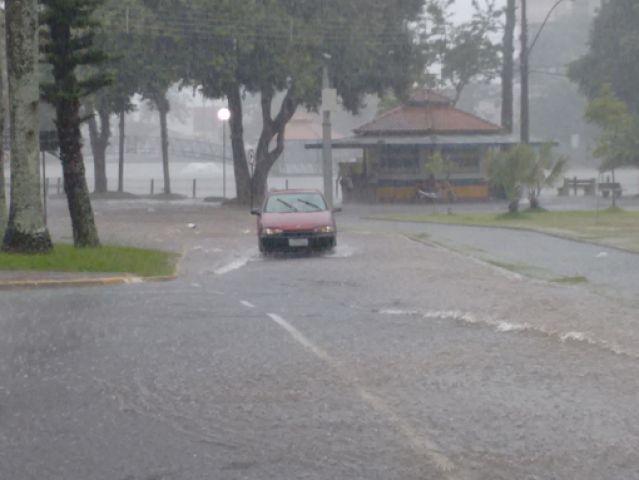 Trechos das ruas nas proximidades da Prefeitura sofreram inunda