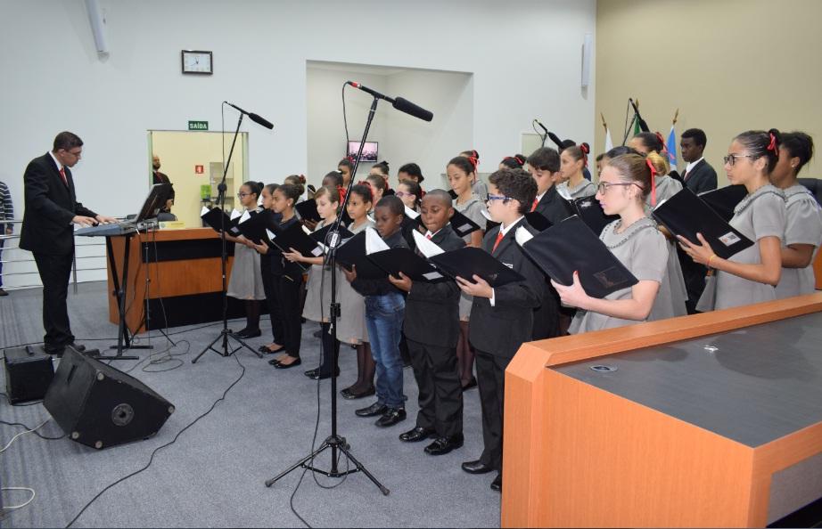 Inauguração foi abrilhantada pelo coral _Pequenos Cantores de Passos_