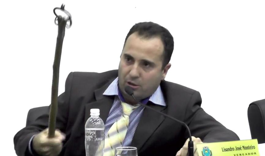 Vereador, que é açougueiro e trabalha com gado, levou ferrão em plenário para fazer a analogia criticada