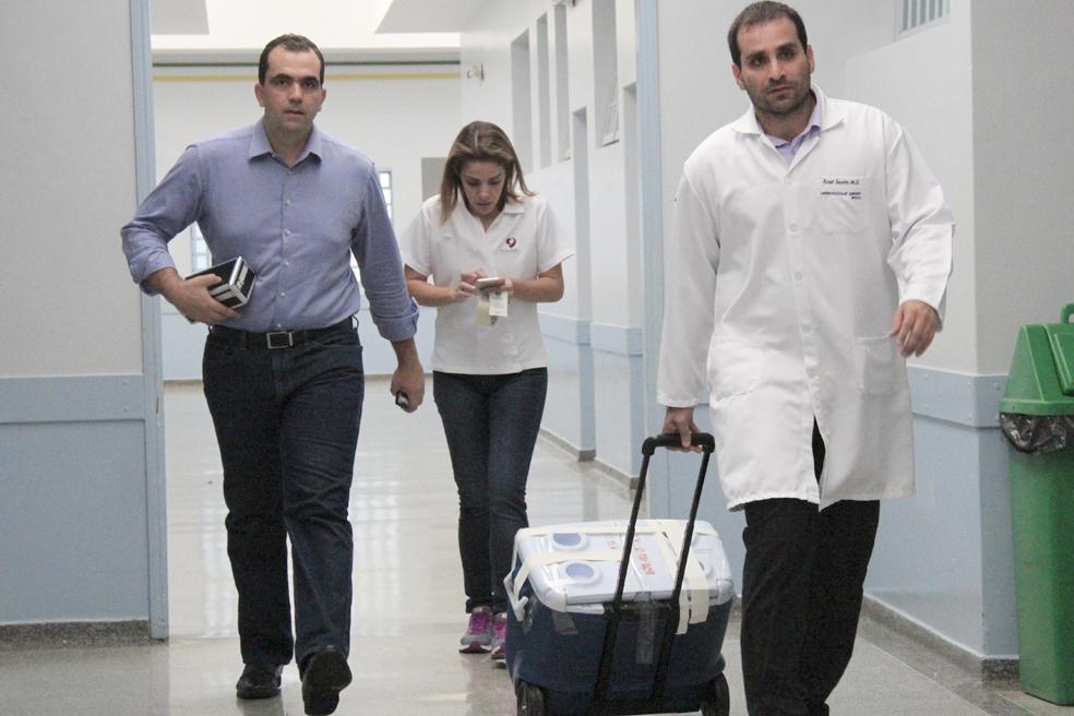 O cirurgião cardiovascular Luiz Renado Daroz e à direita o cirurgião cardíaco Assad Sassine. Médicos realizaram a captação do coração, que será transplantado em uma jovem de 25 anos